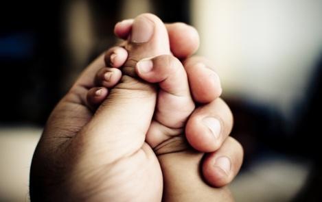complicité-entre-papa-et-bébé