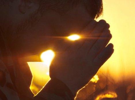hombre-orando-a-dios-al-amanecer
