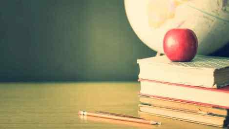 pila-de-libros-escolares-manzana-y-globo-terraqueo